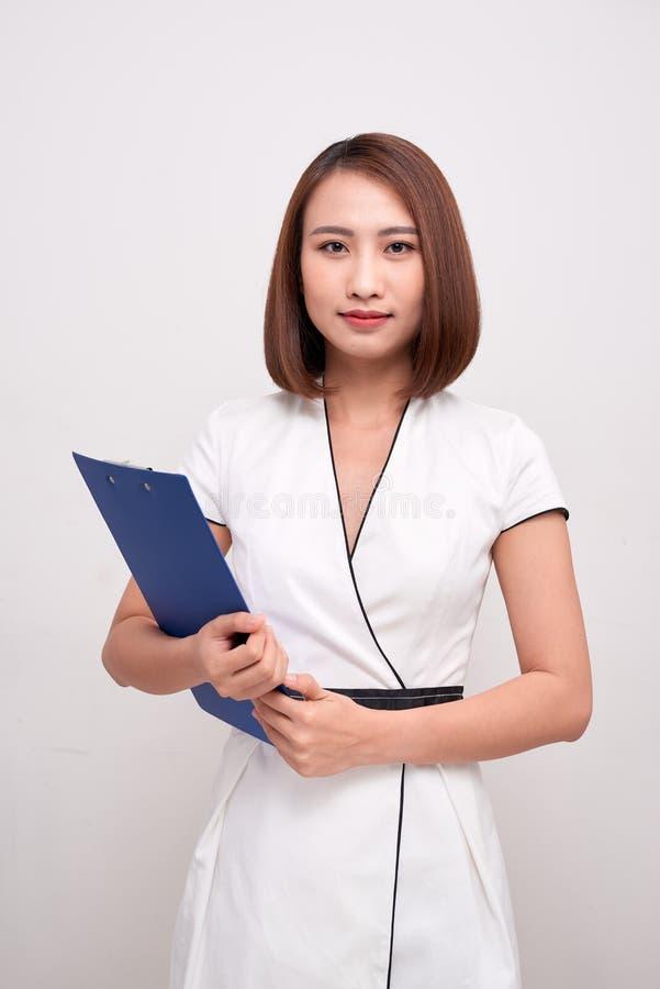 Воспитательный/бизнесмены Молодые азиатские женщины держа папку стоковое фото