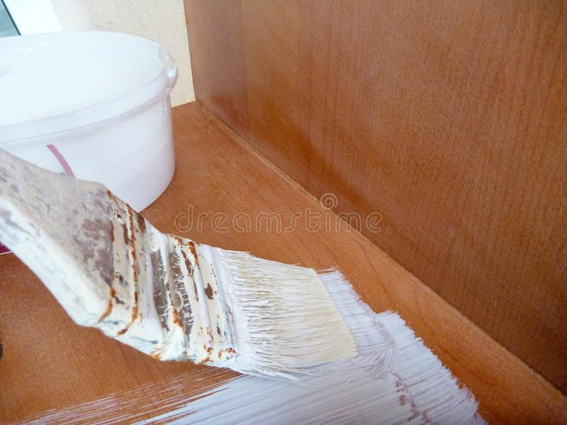 Восстанавливающ мебель путем красить белизну стоковая фотография rf