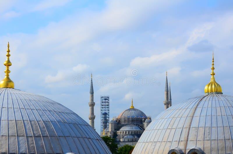Восстановление голубой мечети в Стамбуле Взгляд между куполами Hagia Sophia стоковая фотография