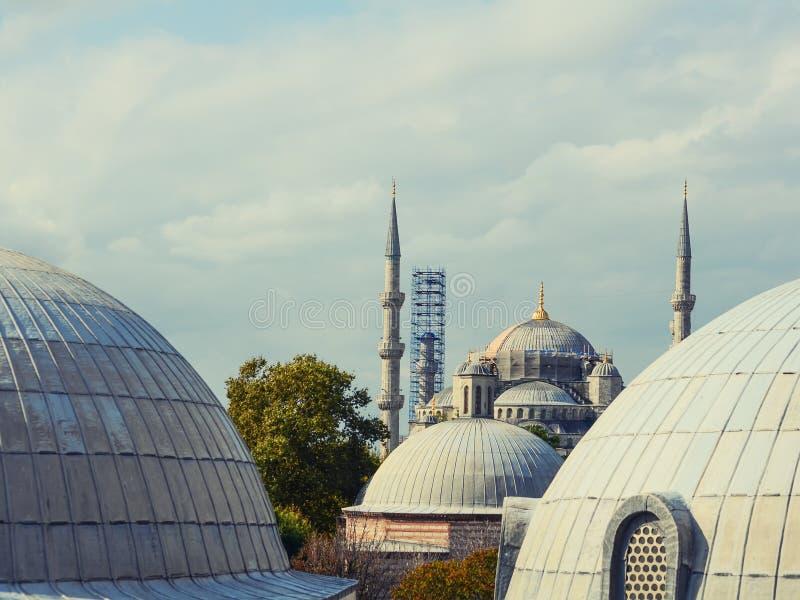 Восстановление голубой мечети в Стамбуле Взгляд между куполами Hagia Sophia стоковые фото