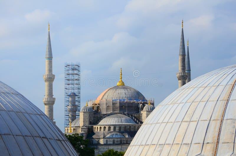 Восстановление голубой мечети в Стамбуле Взгляд между куполами Hagia Sophia стоковые фотографии rf