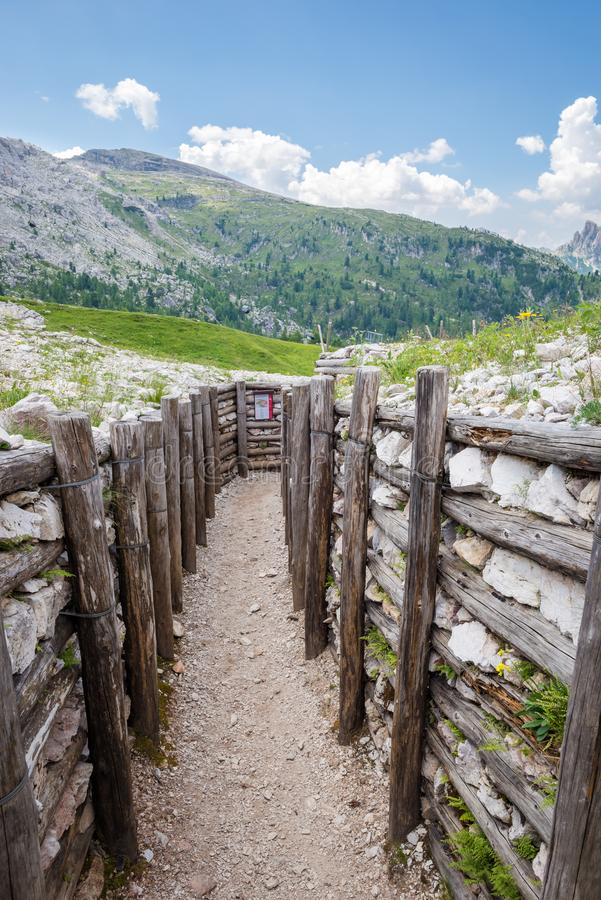 Восстановленная канава первой мировой войны в горах доломита, Италии стоковые изображения rf