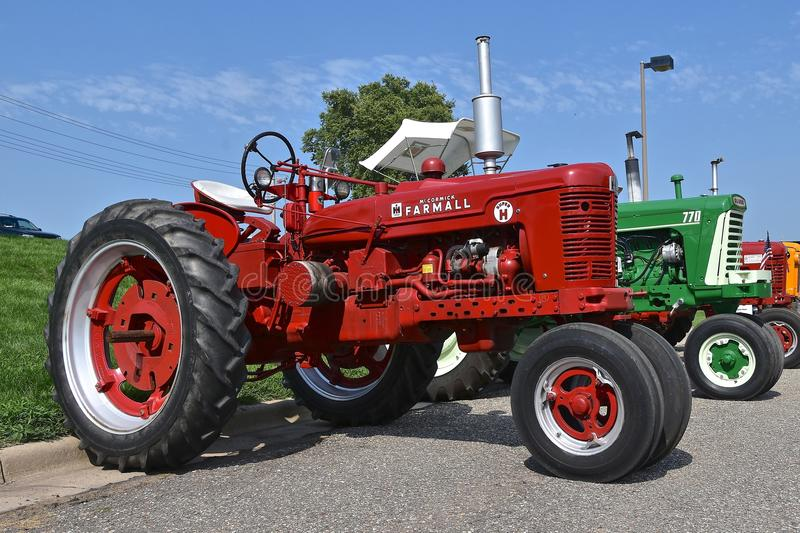 Восстановленное Farmall супер h и Оливер 770 тракторов стоковое фото