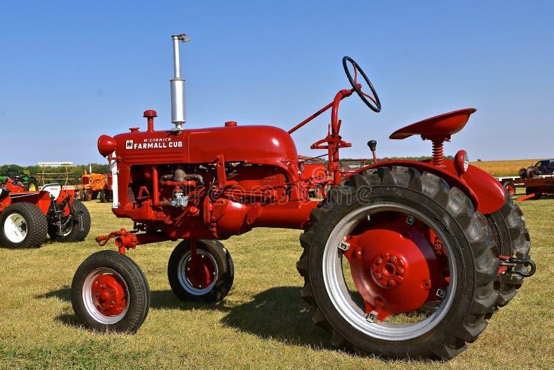 Восстановленный классический красный трактор Farmall Cub стоковая фотография