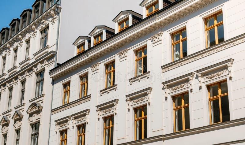 Восстановленный старый фасад дома, красивый строя экстерьер - недвижимость стоковые фото