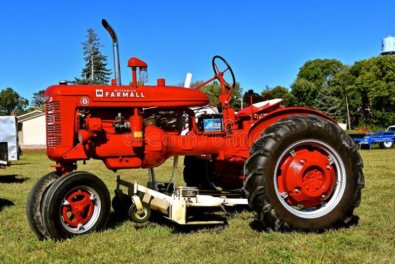 Восстановленный трактор Farmall стоковое фото rf