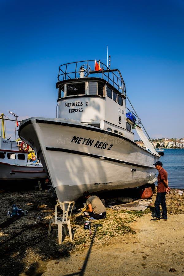 Download Восстановление шлюпки в укрытии рыболовов Редакционное Стоковое Изображение - изображение: 98520494