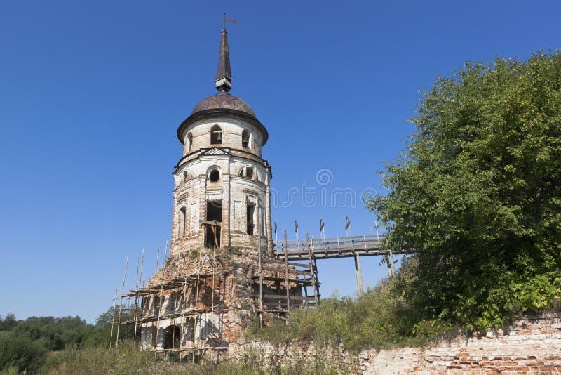 Восстановление юго-западного монастыря Spaso-Sumorin башни в городке Totma стоковая фотография