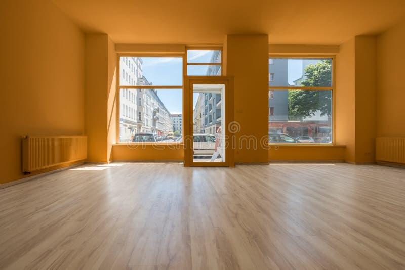 Восстановленные магазин/магазин - пустая комната с деревянными полом и shoppi стоковое изображение rf