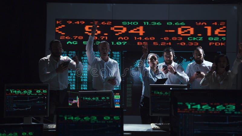 Восторженная команда биржевого маклера в офисе в реальном маштабе времени стоковая фотография rf