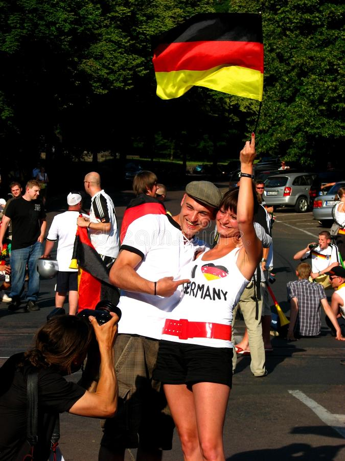 Восторженные немецкие пары после cu мира футбола стоковое фото