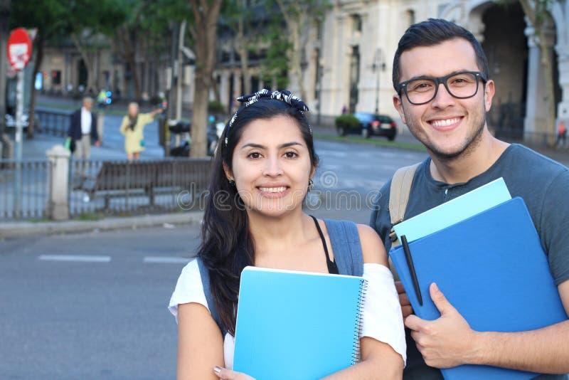 Восторженные пары этнических международных студентов за рубежом стоковые изображения
