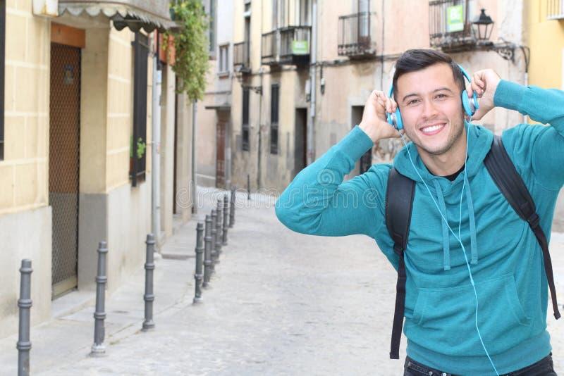 Восторженный молодой испанский человек слушая музыку стоковая фотография rf