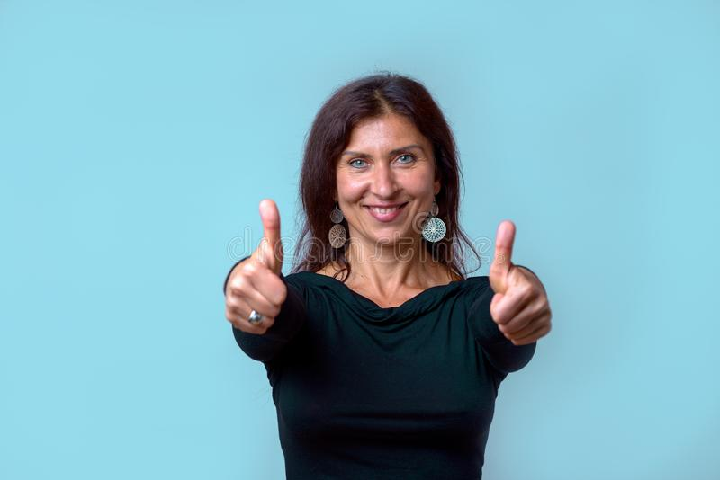 Восторженный мотивированный давать женщины большие пальцы руки вверх стоковые изображения