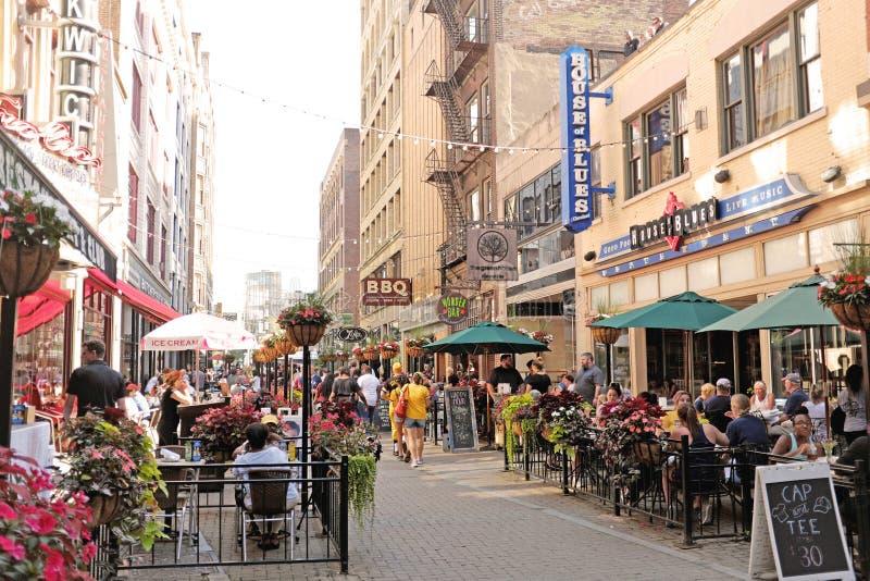 Восточная 4-ая улица в городском Кливленд, Огайо заполнила с обедающими и пешеходами во время лета стоковые изображения
