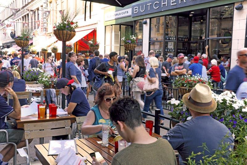 Восточная 4-ая улица в городском Кливленд, Огайо, США известный за на открытом воздухе обедать во время лета стоковая фотография rf