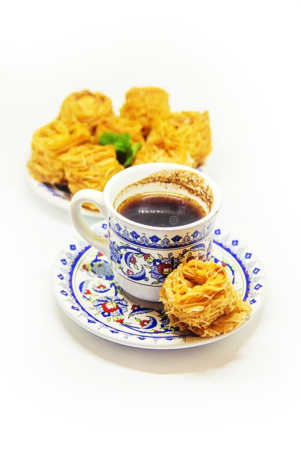 Восточная сладость, бахлава с арахисами и мед изолят Селективный фокус стоковое изображение