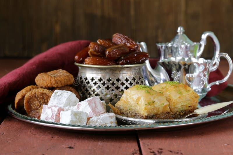 восточные помадки - бахлава, даты, турецкое наслаждение стоковое изображение rf