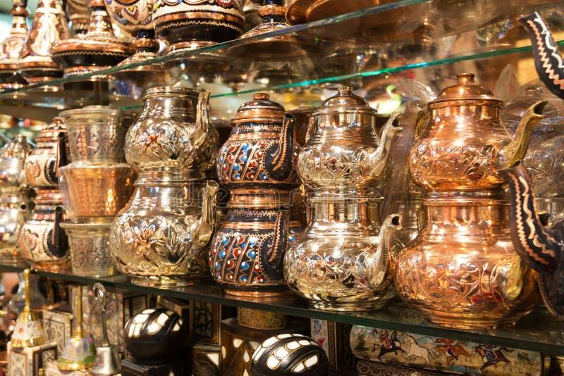 Восточные тарелки для чая продали на грандиозном базаре в Стамбуле стоковые фото