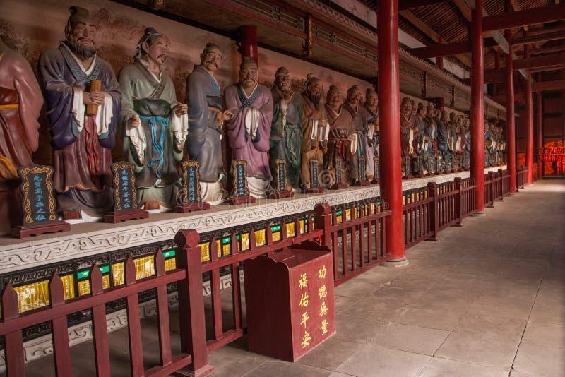 Восточный город Leshan веранды, большой зал виска Сычуань Qianwei Qianwei с обеих сторон пластичной статуи Конфуция в западные 72 стоковая фотография rf