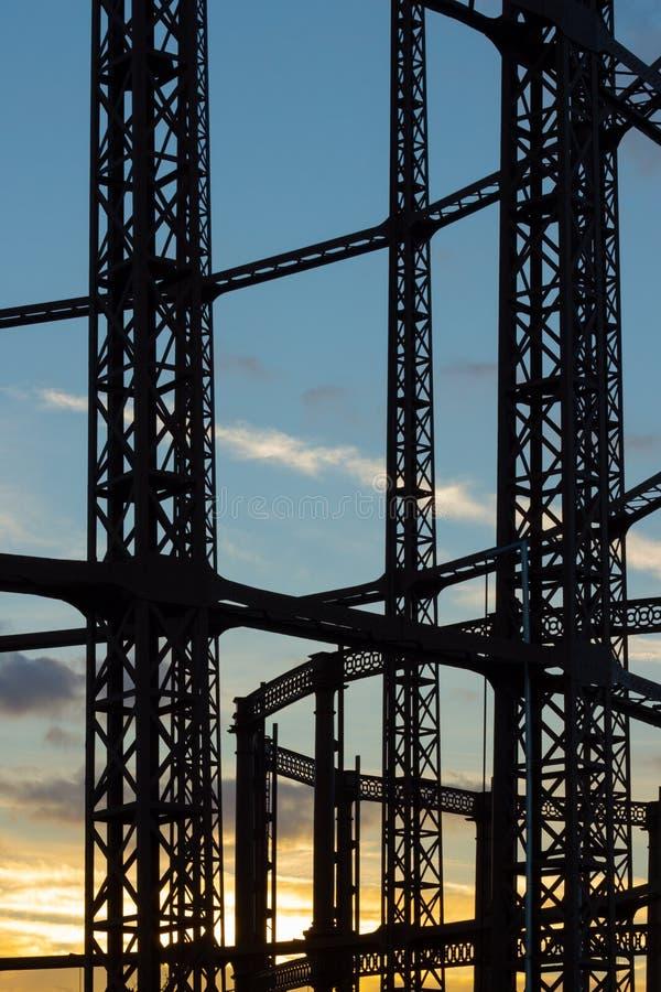 Восточный Лондон, Англия, Великобритания - 17-ое февраля 2018: Взгляд пустых стальных структур Gasholder на заходе солнца стоковые фотографии rf