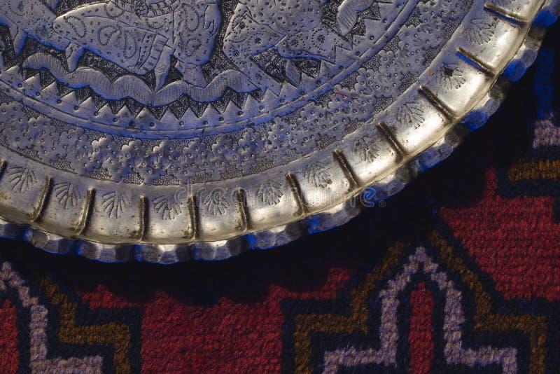 Восточный половик с дизайном серебряной плиты декоративным старым стоковые изображения rf
