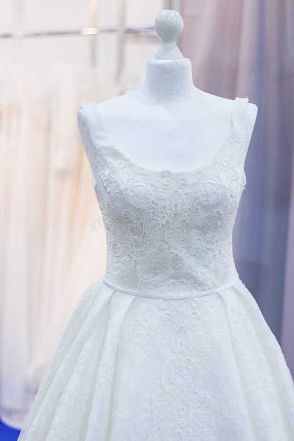 Восхитительное белое платье свадьбы стоковое изображение rf