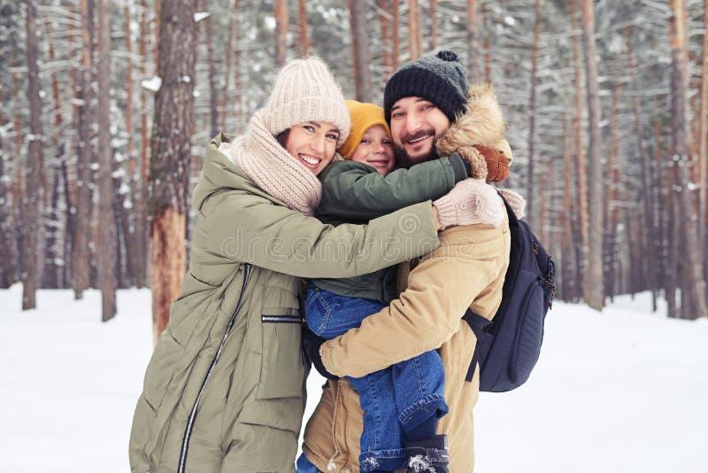Восхитительная семья обнимая один другого показывая поистине whil влюбленности стоковое изображение rf