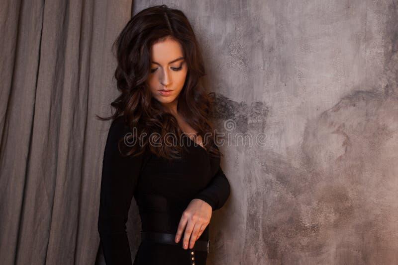 Восхитительный портрет брюнет женщины, летание на ветре, небрежный дизайн волос стоковые фото