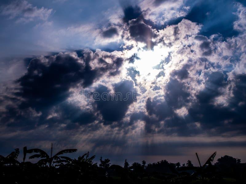 Восходящее солнце за лучом света стоковые фото