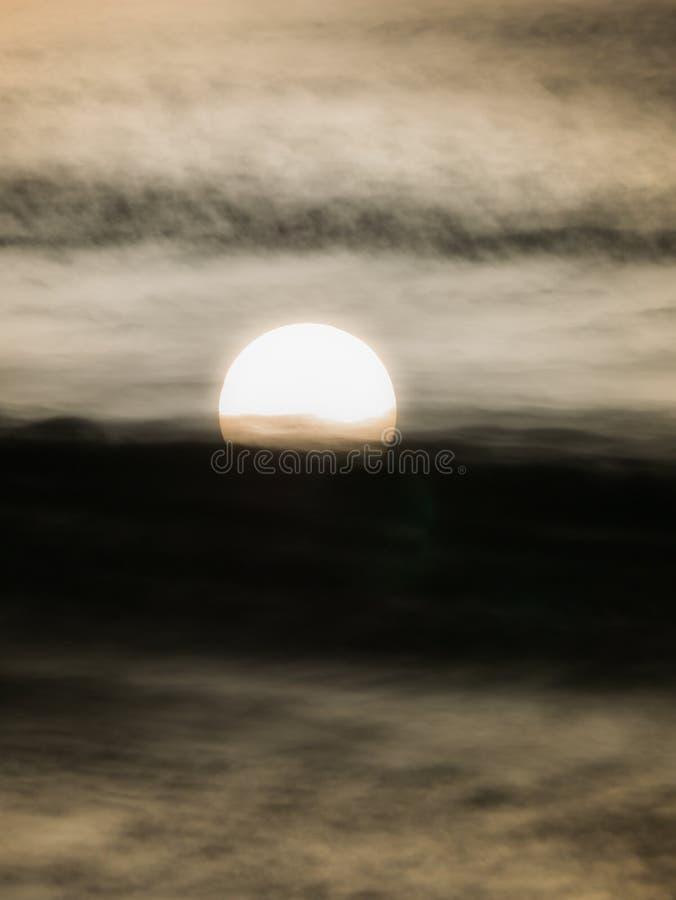 Восходящее солнце за течь облаками стоковые фото