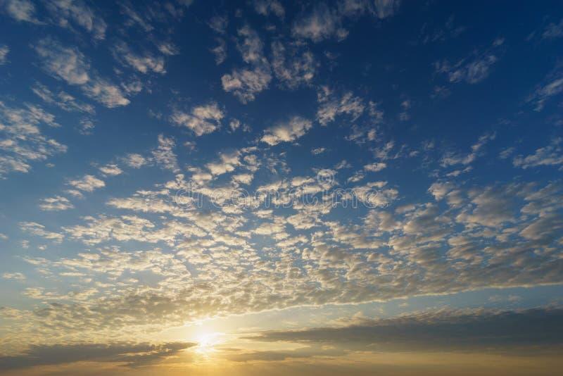 Восходящее солнце над голубым небом с облаками циррокумулуса стоковая фотография