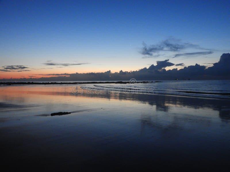 Восходящее солнце пляжем стоковое фото