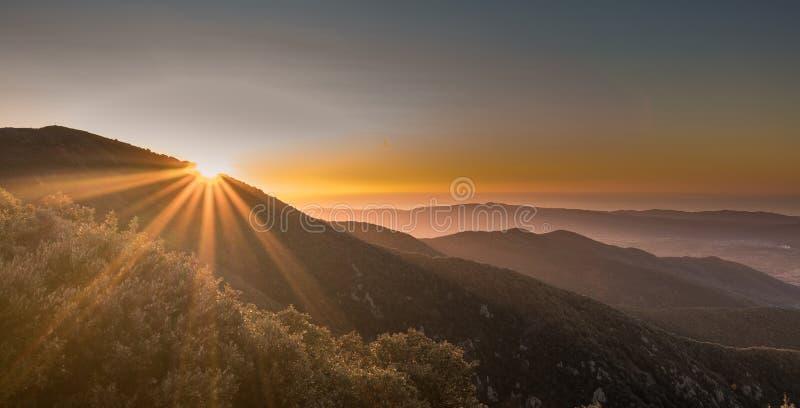 Восход в каталонских горах стоковые изображения rf