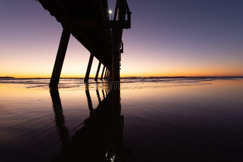 Восход в океане под пирсом стоковая фотография rf