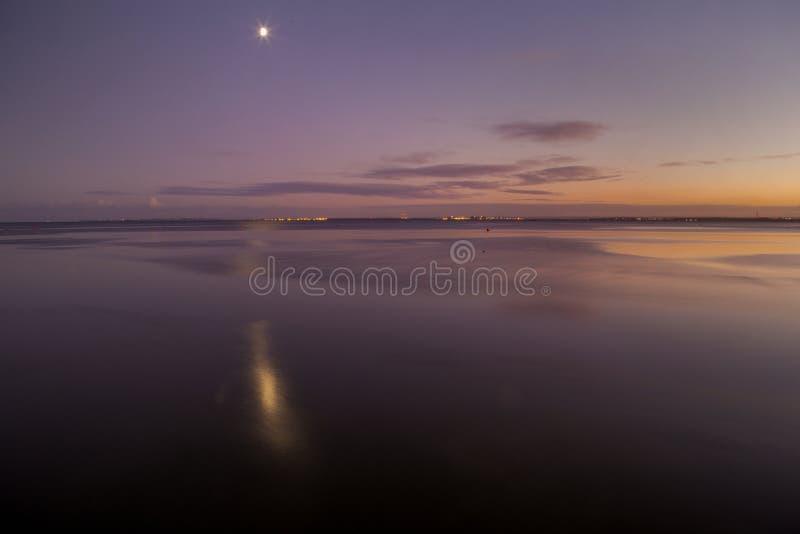 Восход луны на Leigh на море, Essex стоковая фотография rf