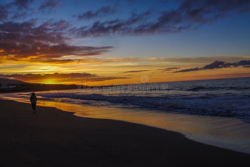Восход солнца Атлантическим океаном и девушкой света стоковое фото rf