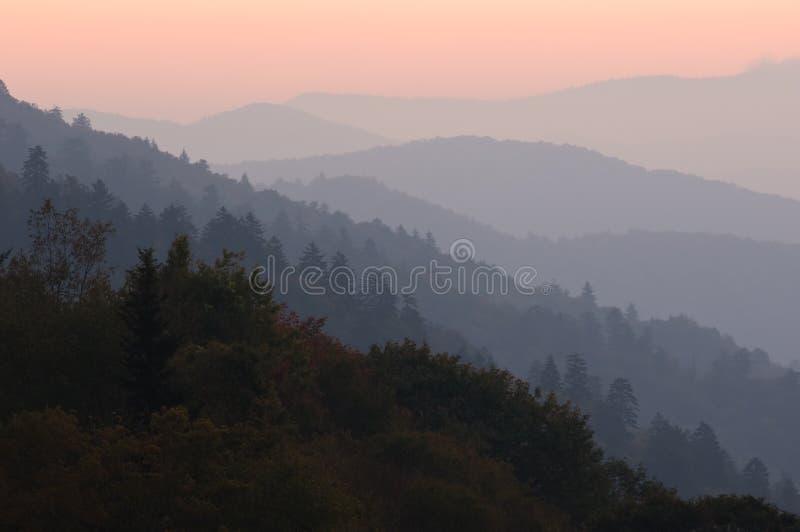 восход солнца больших гор закоптелый стоковое изображение rf