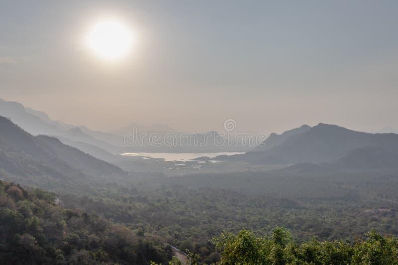 Восход солнца в горе над озером стоковая фотография rf