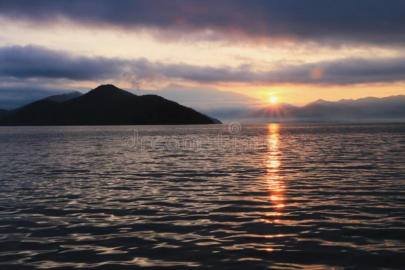 Восход солнца в озере lugu стоковая фотография rf