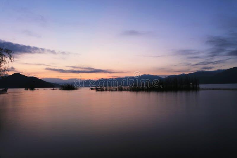 Восход солнца в озере lugu стоковое фото