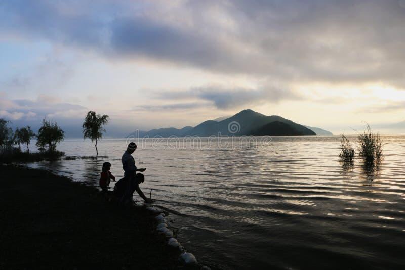 Восход солнца в озере lugu стоковое изображение rf