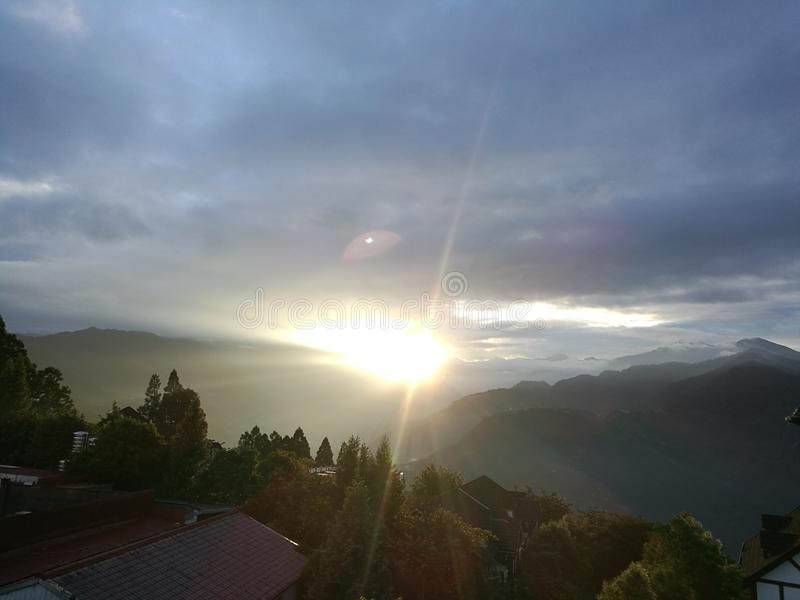 Восход солнца в пейзаже горы утра стоковое фото rf