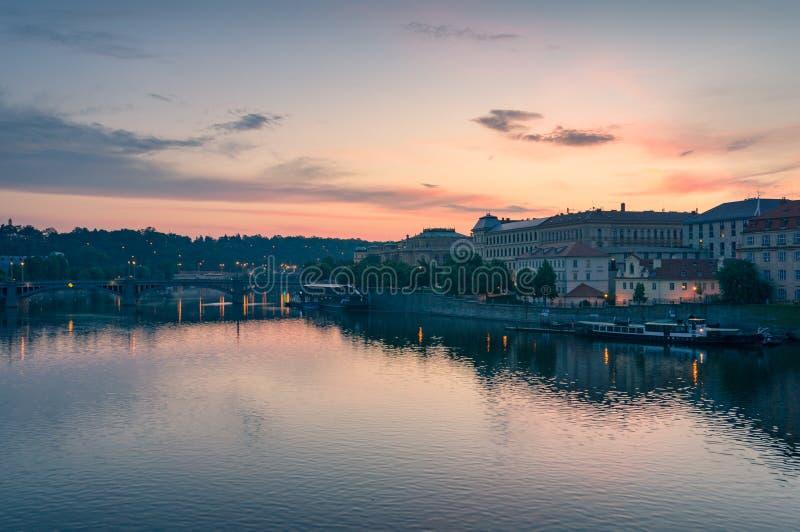 Восход солнца в Праге Историческая архитектура портового района и река Влтавы стоковое изображение