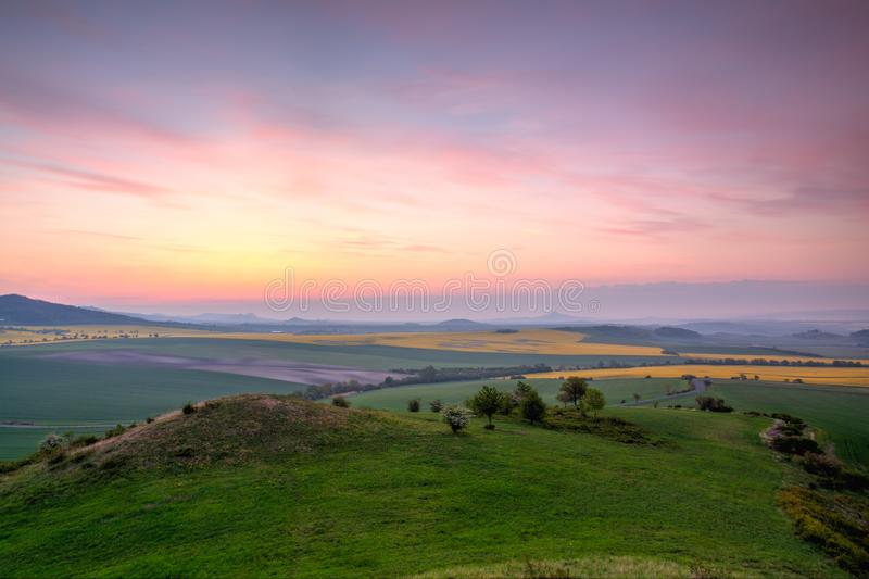 Восход солнца в центральных богемских гористых местностях, чехия стоковая фотография