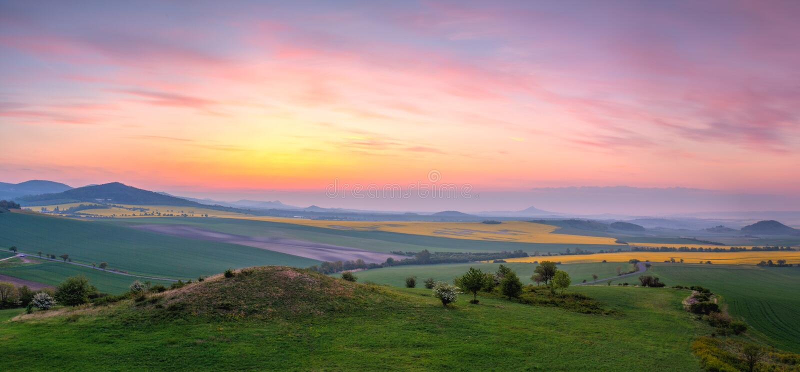 Восход солнца в центральных богемских гористых местностях, чехия стоковое фото rf