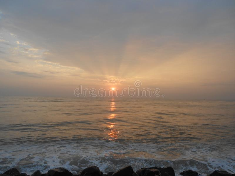 Восход солнца в Puducherry, тихий маленький городок на южном побережье Индии стоковое изображение rf
