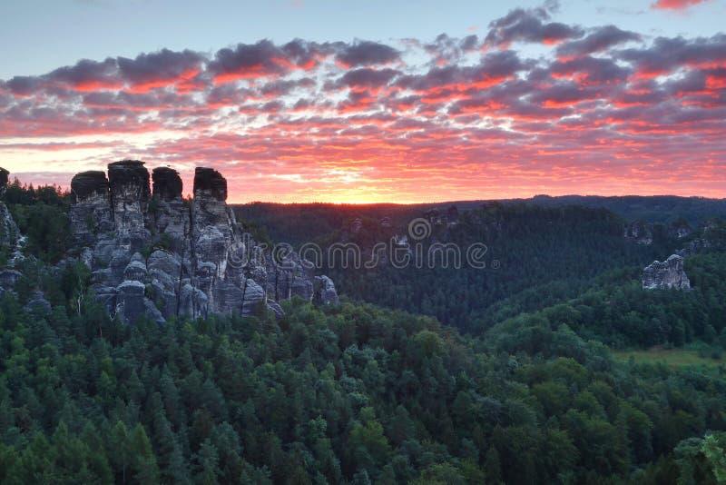 Восход солнца в Saxon Швейцарии в Германии стоковое фото