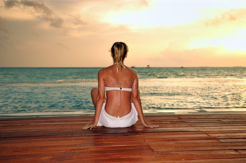 восход солнца девушки пляжа стоковое фото rf