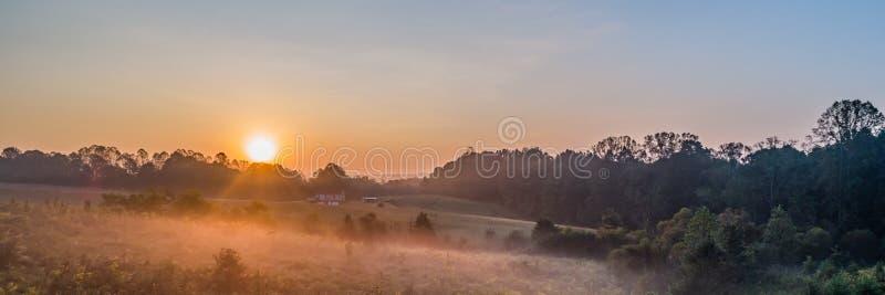 Восход солнца дома фермы стоковое фото rf